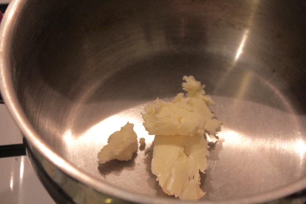 put 1-2 spsk. fedtstof i gryden og lad det smelte sammen med 1 tsk. salt