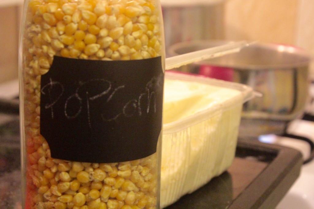 Til at lave popcorn i en gryde skal du bruge en solid gryde, tørret majs kerner og en form for fedtstof