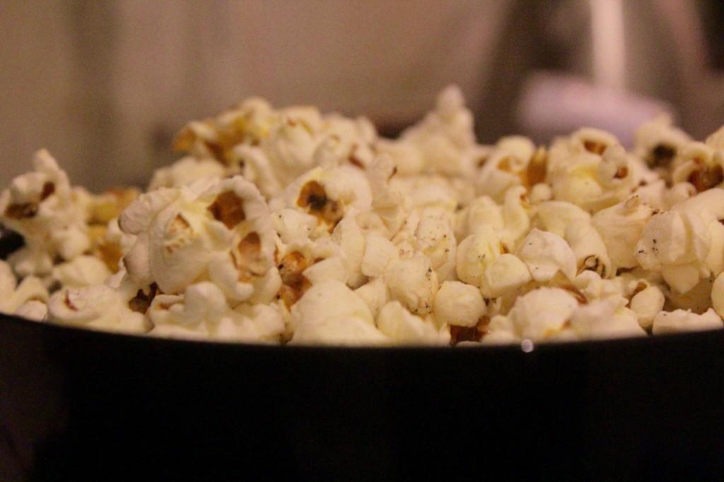 Hæld popcornene over i en skål og smag til med salt